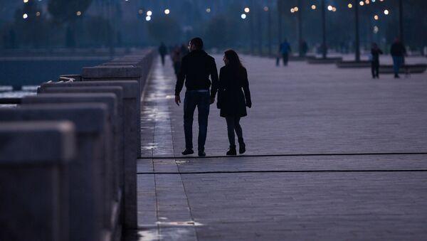 Влюбленная пара в парке в Баку - Sputnik Азербайджан