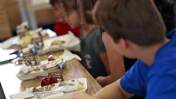 Ученики обедают в начальной школе  - Sputnik Азербайджан
