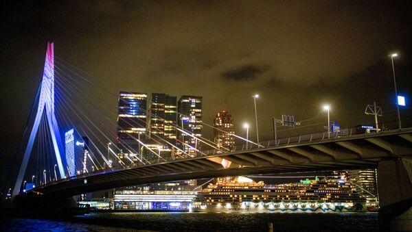 Мост Эразма подсвечивается цветами голландского флага в Роттердаме - Sputnik Азербайджан