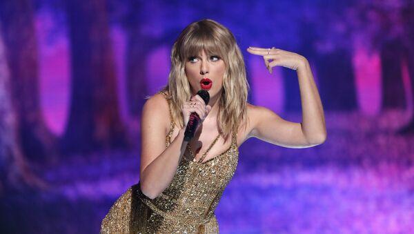 Певица Тейлор Свифт во время выступления на премии American Music Awards в Лос-Анджелесе - Sputnik Azərbaycan