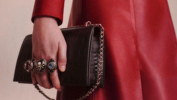 Дом Alexander McQueen представил новую капсульную коллекцию сумок под названием Spider Small Jewelled Satchels - Sputnik Азербайджан