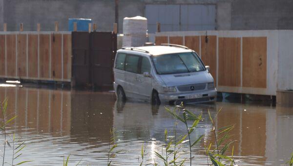Территория вокруг ТЦ Садарак после проливных дождей - Sputnik Азербайджан