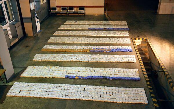 Азербайджанские таможенники обнаружили в прицепе грузовика спрятанные между ящиками с киви и гранатами более 900 килограммов героина - Sputnik Азербайджан