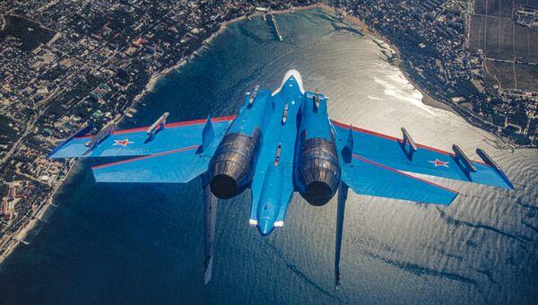 Российский многоцелевой всепогодный сверхзвуковой тяжелый истребитель Су-27 пилотажной группы Русские витязи - Sputnik Azərbaycan