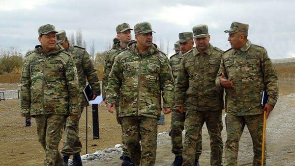 Министр обороны посетил воинские части в прифронтовой зоне - Sputnik Азербайджан