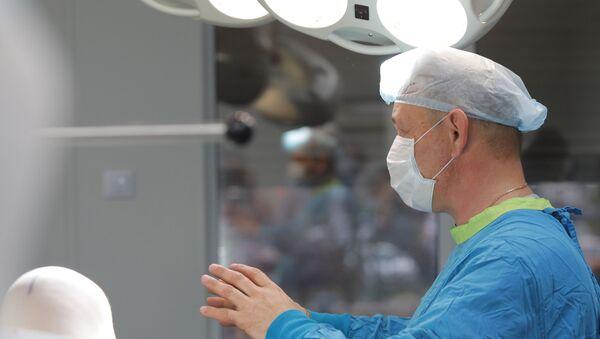 Хирург перед началом операции - Sputnik Азербайджан
