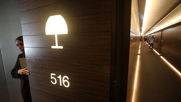 Сотрудник открывает дверь комнаты в отеле - Sputnik Азербайджан
