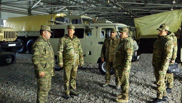 Müdafiə naziri Zakir Həsənov cəbhəboyu zonada artilleriyaçıların döyüş hazırlığını yoxlayıb - Sputnik Азербайджан