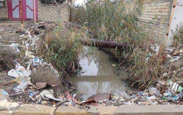 Неочищенные от нефти участки в поселке Бинагади  - Sputnik Азербайджан