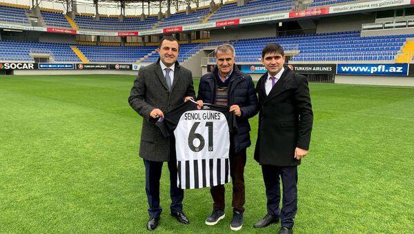 Главный тренер сборной Турции по футболу Шенол Гюнеш в ходе визита в Баку - Sputnik Азербайджан