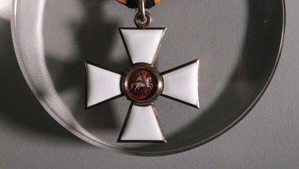 Звезда ордена Святого Георгия четвертой степени представлена на выставке Храбрейшим из храбрых, посвященной 250-летию учреждения военного ордена Святого великомученика и Победоносца Георгия, в Выставочном зале федеральных архивов в Москве - Sputnik Азербайджан