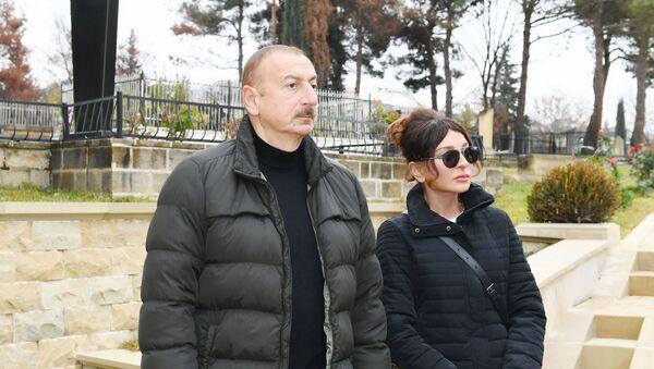 Президент Азербайджана Ильхам Алиев и Первая леди Мехрибан Алиева ознакомились с работами по благоустройству, проведенными вокруг усыпальницы Шаххандан в Шамахы - Sputnik Азербайджан