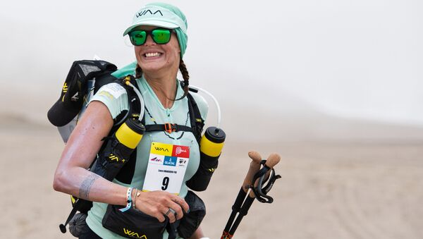 Участница первого этапа соревнования 2-го полумарафона Des Sables Ica Desert-Peru в Паракасе, Перу  - Sputnik Азербайджан