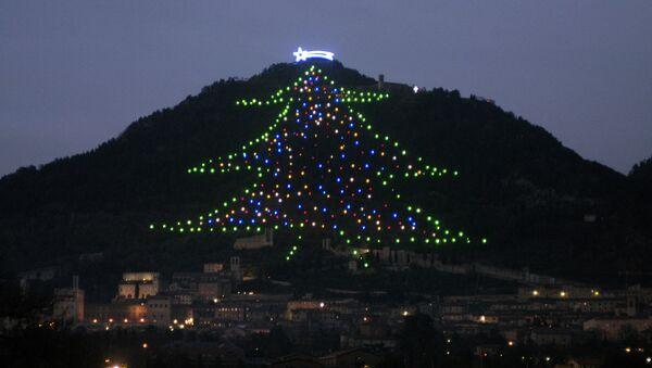 Световая инсталляция елки в итальянском городе Губбио (регион Умбрия), фото из архива - Sputnik Азербайджан