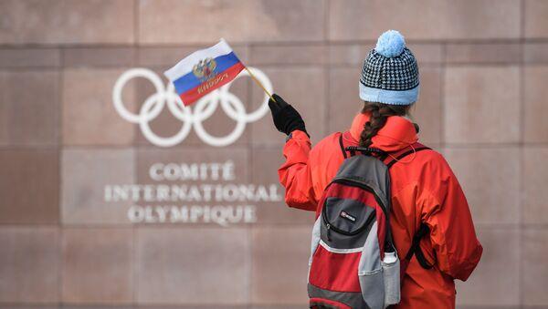 Российский флаг перед логотипом Международного олимпийского комитета - Sputnik Азербайджан