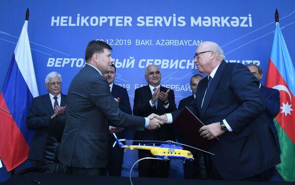 Президент ЗАО Азербайджанские авиалинии (AZAL) Джахангир Аскеров и генеральный директор АО Вертолеты России Андрей Богинский подписывают соглашение - Sputnik Азербайджан