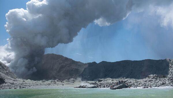 Извержение вулкана на острове Уайт-Айленд в Новой Зеландии - Sputnik Азербайджан