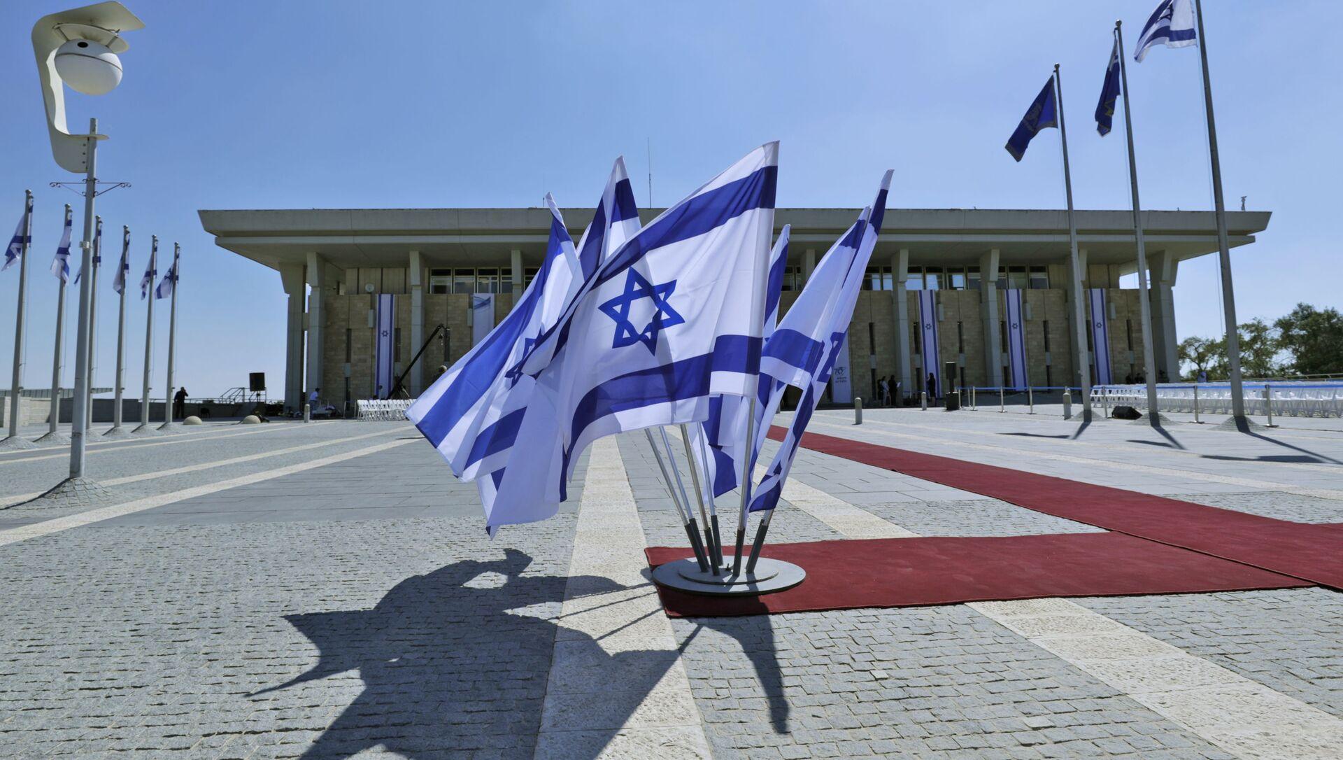 Израильские флаги развеваются перед Кнессетом (израильский парламент) - Sputnik Азербайджан, 1920, 02.06.2021