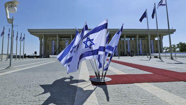 Израильские флаги развеваются перед Кнессетом (израильский парламент) - Sputnik Азербайджан