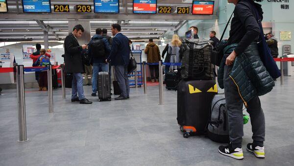 Пассажиры у стойки регистрации в аэропорту Пулково - Sputnik Азербайджан