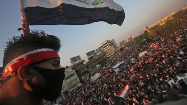 Мужчина держит флаг Ирака, фото из архива - Sputnik Азербайджан