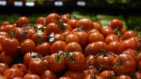 Прилавок с помидорами на рынке - Sputnik Азербайджан