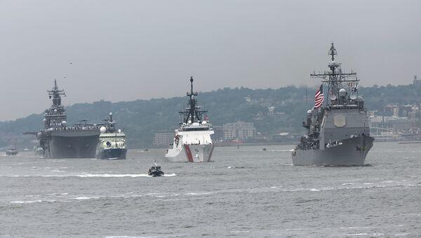 Парад кораблей ВМС США движется мимо статуи свободы в Нью-Йорке - Sputnik Azərbaycan