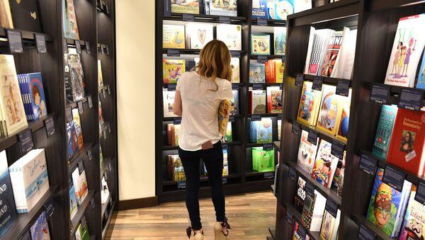Женщина в книжном магазине - Sputnik Azərbaycan