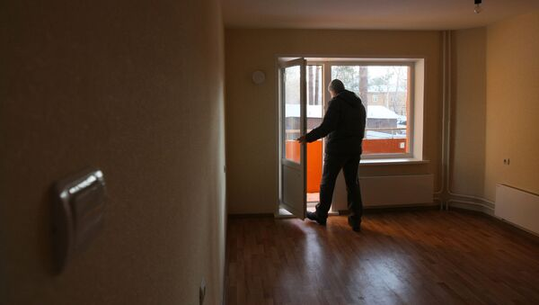 Мужчина осматривает новую квартиру - Sputnik Азербайджан