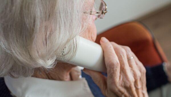 Пожилая женщина с телефоном - Sputnik Азербайджан