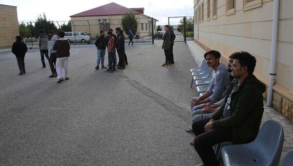 Мигранты у здания Государственной миграционной службы Азербайджана - Sputnik Azərbaycan