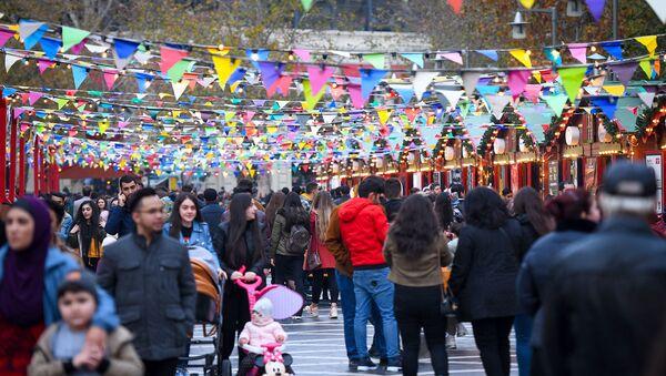 Благотворительная новогодняя ярмарка Холодные руки, горячее сердце в Баку - Sputnik Азербайджан