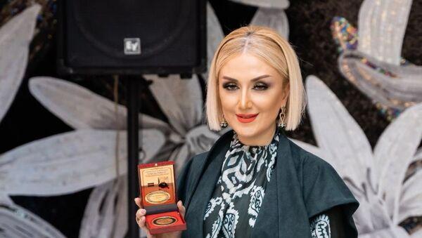 Руководителя Центра азербайджанского национального костюма и Дома моды Гюльнару Халилову наградили золотой медалью и дипломом - Sputnik Азербайджан