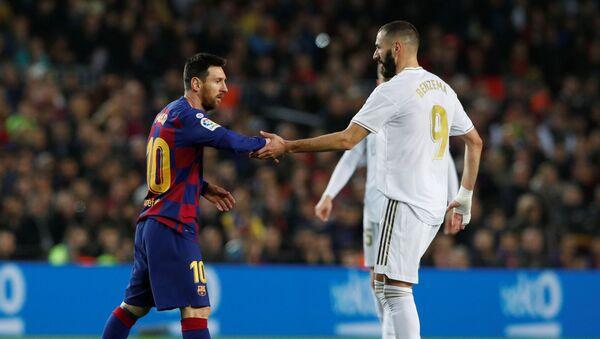 Нападающий Барселоны Лионель Месси и форвард Реала Карим Бензема во время матча - Sputnik Azərbaycan