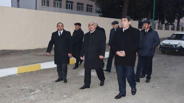 Ağstafa Rayon İcra Hakimiyyətinin başçısı Nizaməddin Quliyev ortada - Sputnik Азербайджан