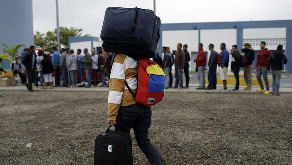 Мигрант с багажом, фото из архива - Sputnik Азербайджан