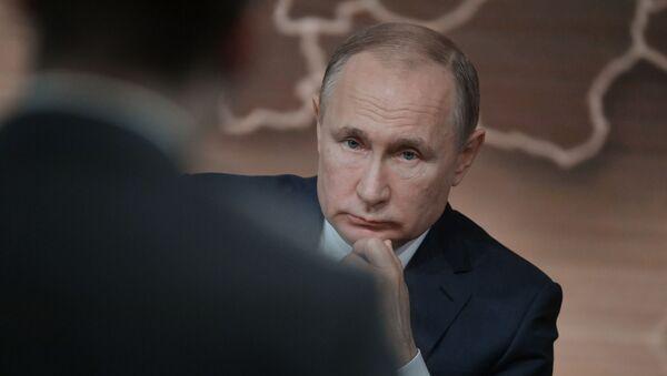 Президент РФ Владимир Путин на большой ежегодной пресс-конференции в Центре международной торговли на Красной Пресне - Sputnik Азербайджан