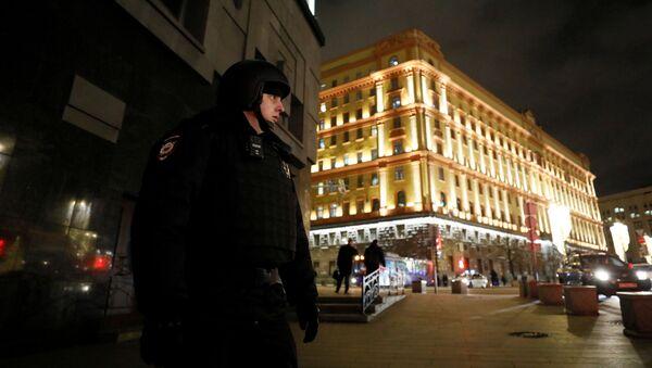 Офицер правоохранительных органов возле здания Федеральной службы безопасности - Sputnik Азербайджан