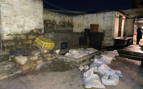В Баку обнаружили погрязший в антисанитарии цех по забою птицы - Sputnik Азербайджан