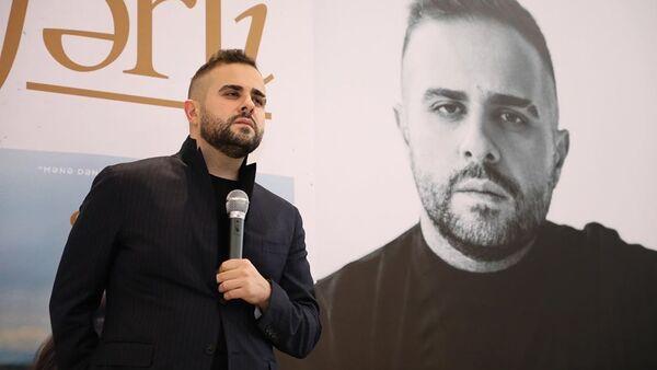 Писатель Эльчин Сафарли презентовал в Баку свою книгу «Когда я вернусь, будь дома» на азербайджанском языке - Sputnik Азербайджан