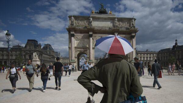 Прохожие у триумфальной арки на площади Каррузель в Париже - Sputnik Азербайджан