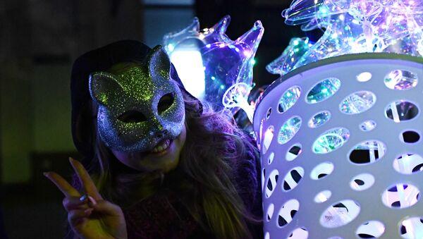 Девушка во время празднования Нового года - Sputnik Азербайджан