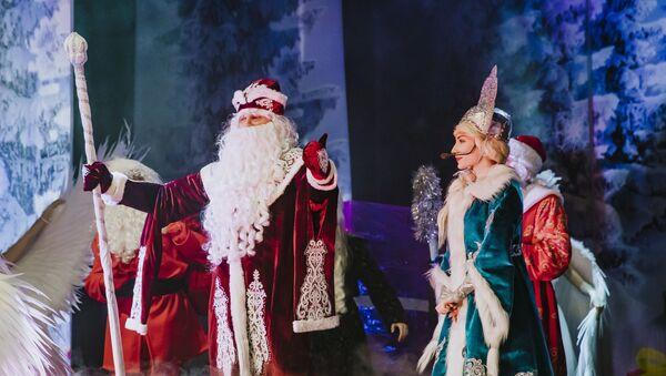 На сцене Азербайджанского государственного академического русского драматического театра состоялось представление Волшебное новогоднее приключение - Sputnik Азербайджан