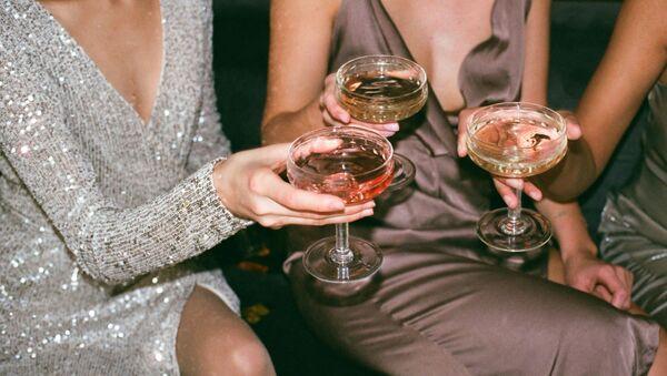 Девушки пьют спиртные напитки, фото из архива - Sputnik Азербайджан