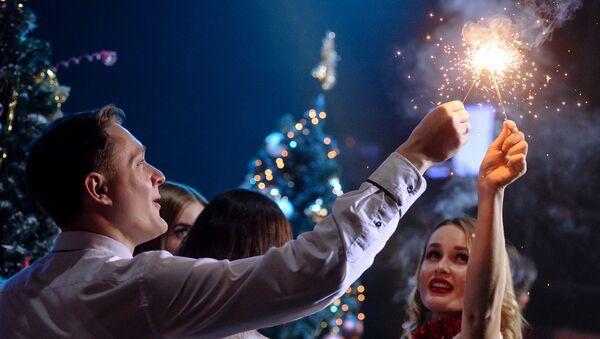 Молодые люди жгут бенгальские огни - Sputnik Азербайджан