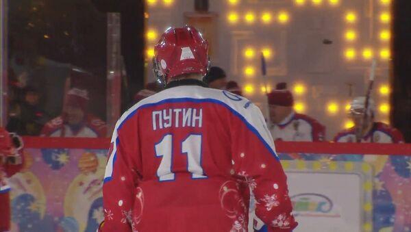 Как Путин играл в хоккей на Красной площади - видео  - Sputnik Азербайджан