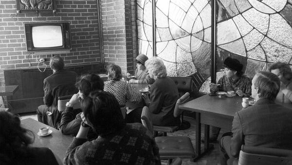 Посетители в кафе смотрят телевизор - Sputnik Азербайджан
