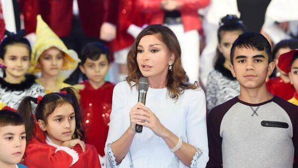 Первый вице-президент Мехрибан Алиева на праздничном веселье, организованном для детей Фондом Гейдара Алиева - Sputnik Азербайджан