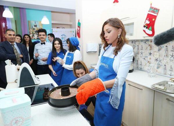 Реализуемые по инициативе Мехрибан Алиевой программы Развитие детских домов и школ-интернатов, Обновляющемуся Азербайджану - новую школу, Поддержка образования, Развитие дошкольных образовательных учреждений и другие немаловажные проекты играют важную роль в развитии образования. - Sputnik Азербайджан