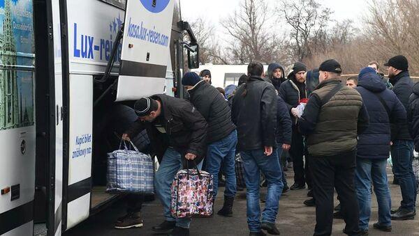 Пленные, возвращенные украинской стороной на КПП на окраине города Горловка в Донецкой области - Sputnik Азербайджан